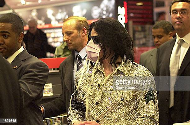 Singer Michael Jackson shops at the Dusmann Cultural megastore November 19 2002 in Berlin Jackson is in Berlin with his three children to accept a...