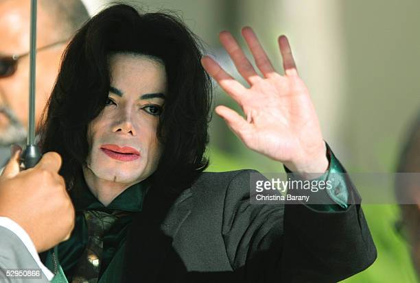 Singer Michael Jackson waves as he arrives at the Santa Barbara County Courthouse for his child molestation trial May 19, 2005 in Santa Maria,...
