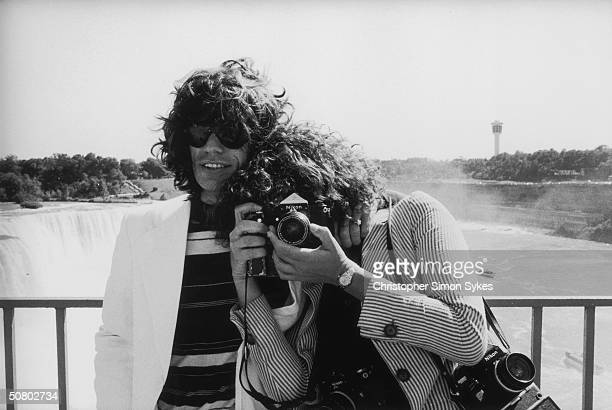 Singer Mick Jagger and photographer Annie Liebovitz pose at Niagara Falls during the Rolling Stones Tour of the Americas 1975