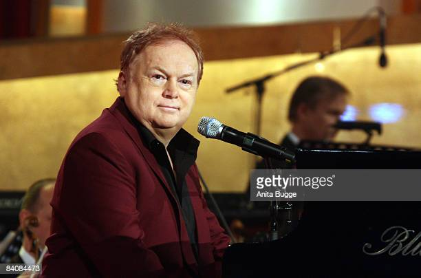 Singer Mike Batt performs during the Jose Carreras Gala rehearsal on December 18 2008 in Leipzig Germany