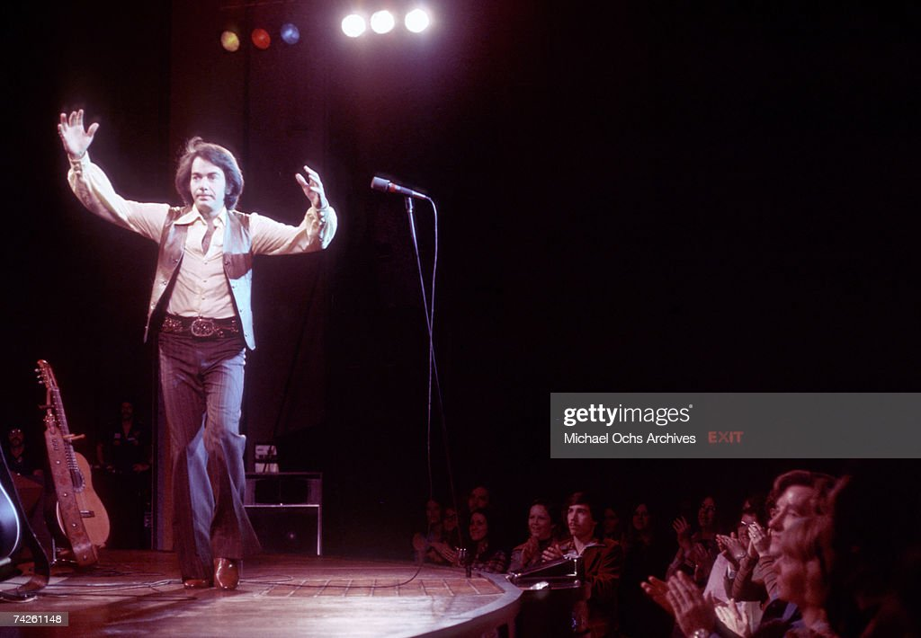 Singer Neil Diamond performs onstage in circa 1977 in Los Angeles, California.