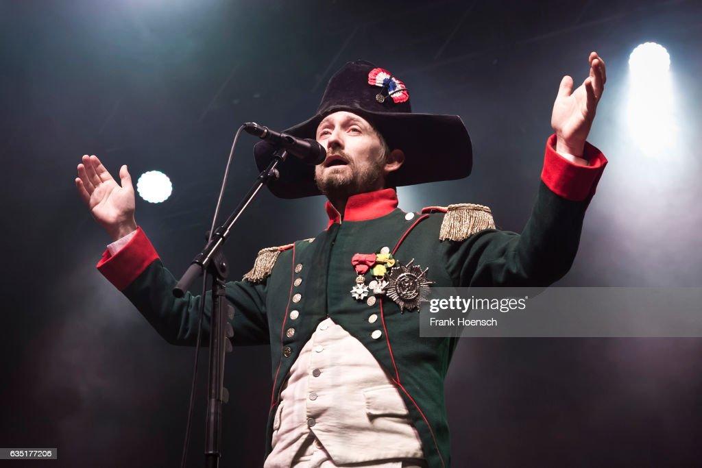 Grupos horteras del gusto de la Academia  - Página 3 Singer-neil-hannon-of-the-british-band-the-divine-comedy-performs-a-picture-id635177206