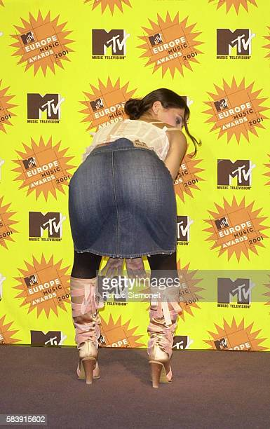 Singer Nelly Furtado displays her derriere at the 2001 MTV Europe Music Awards.