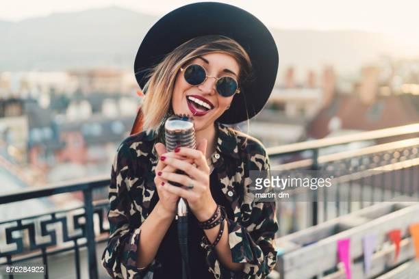 cantora no telhado - cantora - fotografias e filmes do acervo