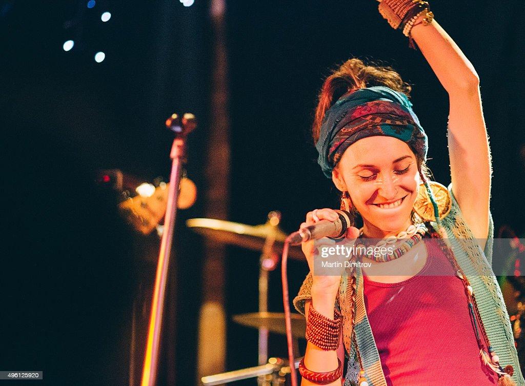 Cantor no palco : Foto de stock