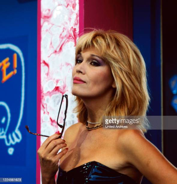 Singer, painter, presenter, author and actress Amanda Lear was a guest on the ZDF personalityshow NA SIEHSTE!, Germany between 1987 and 1989.