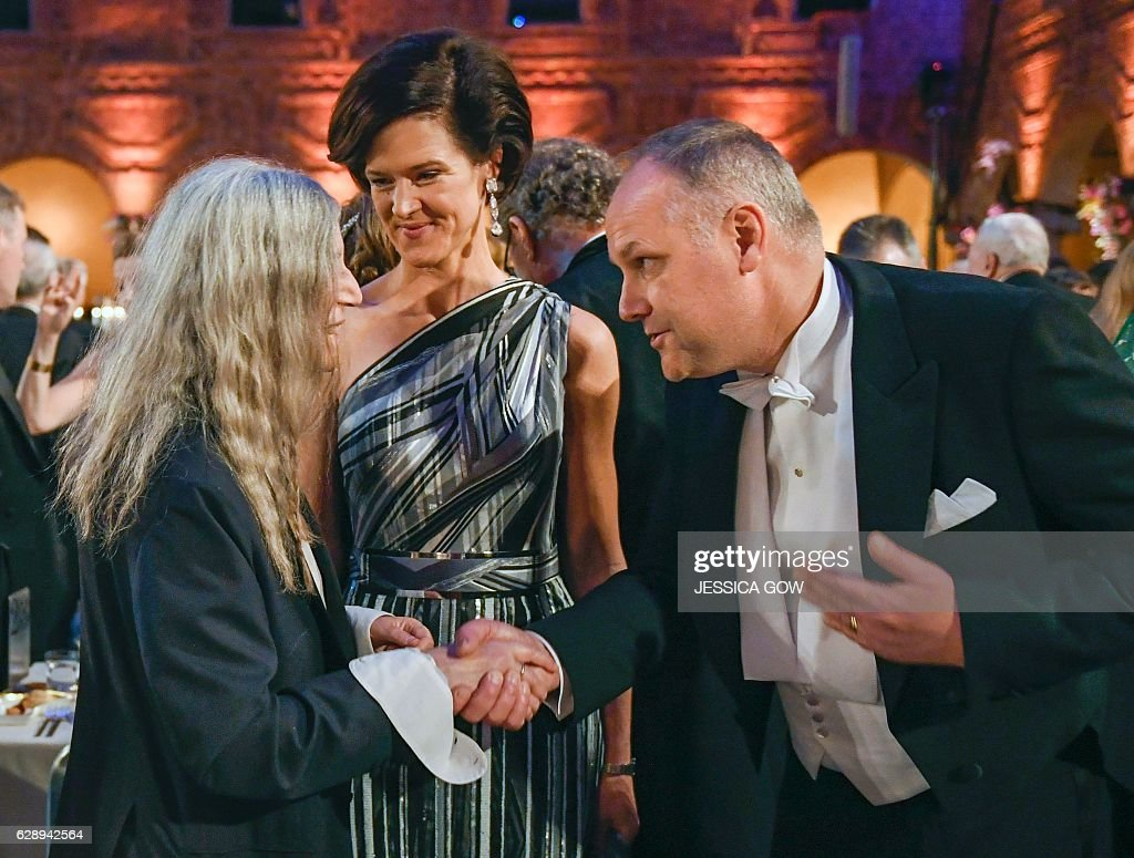US singer Patti Smith (L) talks to Swedish conservative leader Anna Kinberg Batra (C) and Swedish left party leader Jonas Sjostedt (R) at the 2016 Nobel prize award banquet at the Stockholm City Hall on December 10, 2016. Patti Smith performed one of Literature prizewinner Bob Dylan's songs at the award ceremony earlier on Saturday. / AFP / TT NEWS AGENCY / JESSICA GOW / Sweden OUT