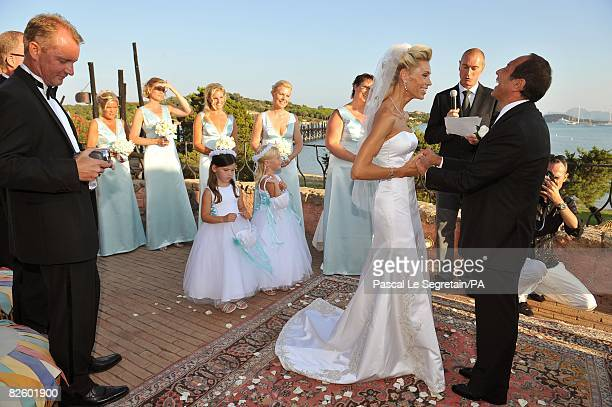 ACCESS*** Singer Paul Anka and Anna Anka hold hands during their wedding at Hotel Cala di Volpe on July 26 2008 in Porto Cervo Sardinia Italy