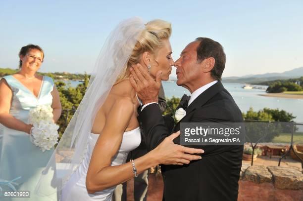 ACCESS*** Singer Paul Anka and Anna Anka kiss during their wedding at Hotel Cala di Volpe on July 26 2008 in Porto Cervo Sardinia Italy