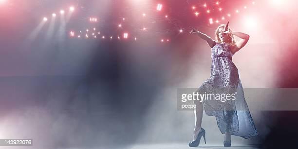cantor s'apresentando no palco - músico pop - fotografias e filmes do acervo