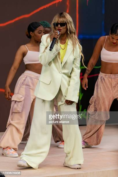 Singer performs at OFF-WHITE Fall Winter 2021 collection runway on July 2021 - Paris, France.