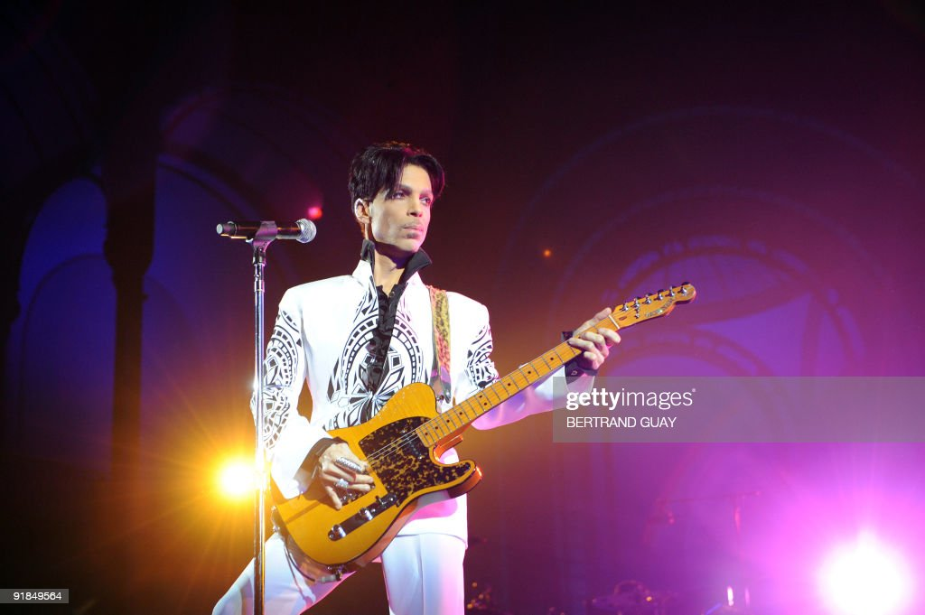 US singer Prince performs on October 11, : News Photo