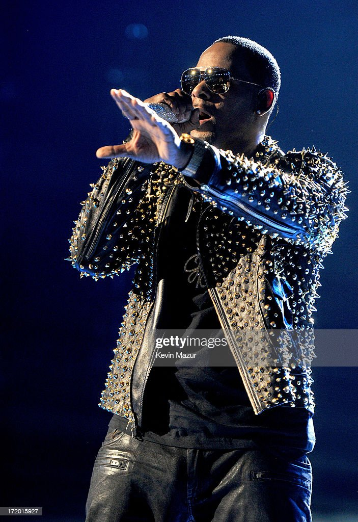 Singer R  Kelly performs onstage during the 2013 BET Awards