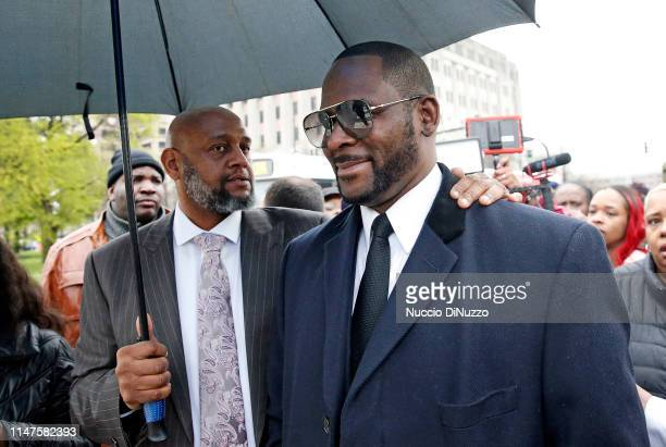 Singer R Kelly smiles as he leaves Leighton Courthouse following his status hearing on May 07 2019 in Chicago Illinois
