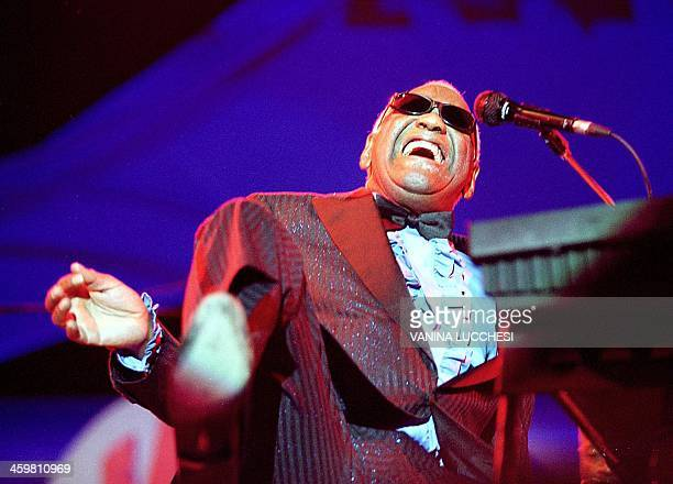 US singer Ray Charles performs late 21 July 2000 during the JuanlesPins Jazz festival AFP PHOTO AFP VANINA LUCCHESI // Le pianiste et chanteur...