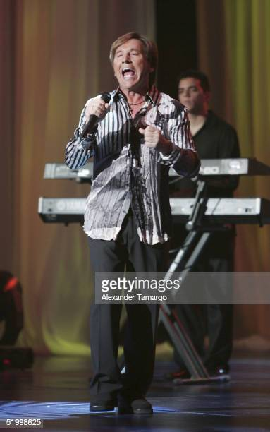 Singer Ricardo Montaner performs at the Unidos Con El Mundo concert to benefit the victims of the tsunami tragedy on January 15 2005 in Coconut Grove...