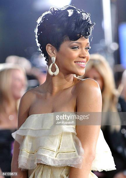 Singer Rihanna arrives at the 2008 American Music Awards held at Nokia Theatre L.A. LIVE on November 23, 2008 in Los Angeles, California.