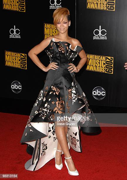 Singer Rihanna arrives at the 2009 American Music Awards at Nokia Theatre L.A. Live on November 22, 2009 in Los Angeles, California.