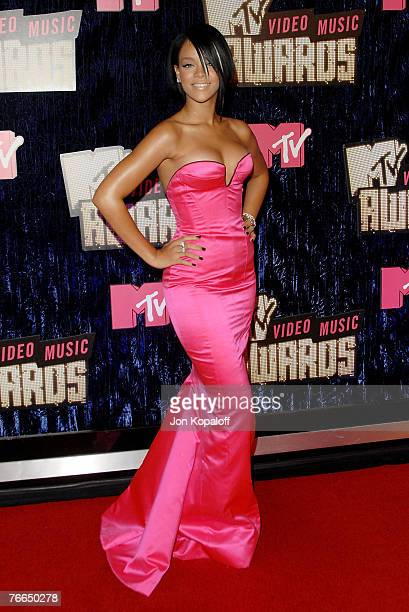 Singer Rihanna arrives at the MTV Video Music Awards in the Palms Casino Resort on September 9 2007 in Las Vegas Nevada