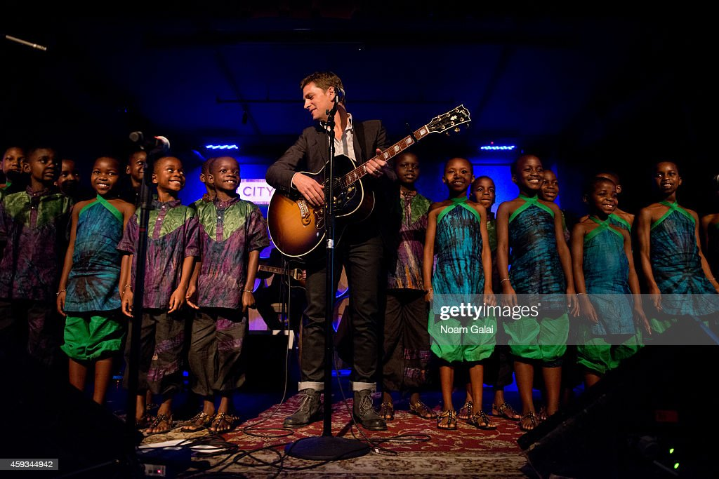 Singer Rob Thomas and The African Childrens Choir perform at the 6th Annual African Children's Choir Changemakers Gala at City Winery on November 20, 2014 in New York City.