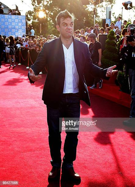 Singer Robbie Williams arrives on the red carpet at the 2009 ARIA Awards at Acer Arena, Sydney Olympic Park on November 26, 2009 in Sydney,...