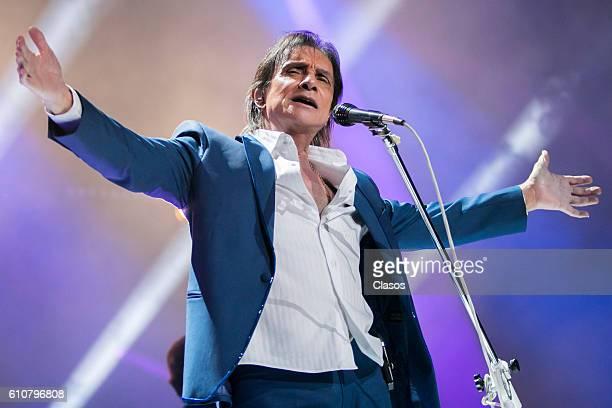 Singer Roberto Carlos of Brazil performs during a concert at Arena Ciudad de Mexico on September 24 2016 in Mexico City Mexico