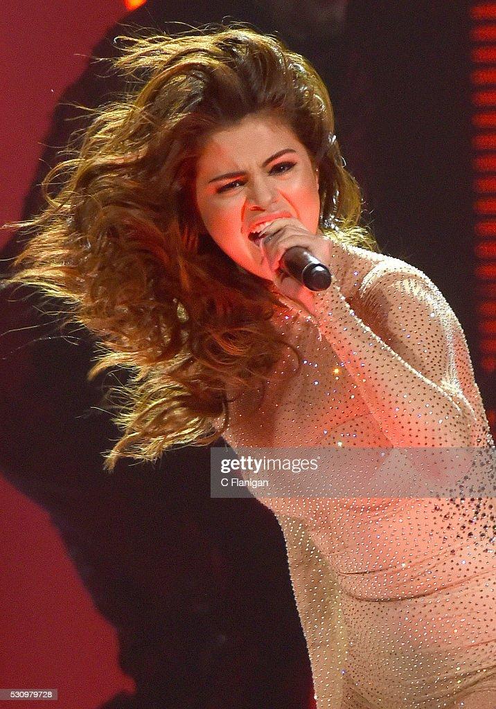 Selena Gomez Performs At SAP Center : News Photo
