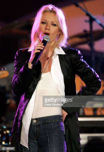 Singer Shelby Lynne performs onstage at the MusiCares 2005 Person of the Year Tribute to Brian Wilson at the Palladium on February 11 2005 in...