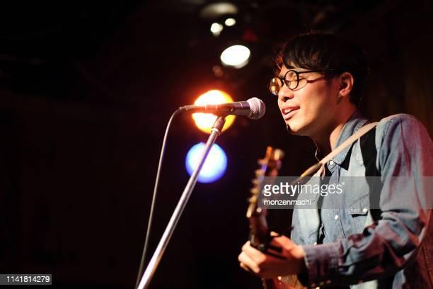 舞台で歌を歌う歌手 - ライブイベント ストックフォトと画像
