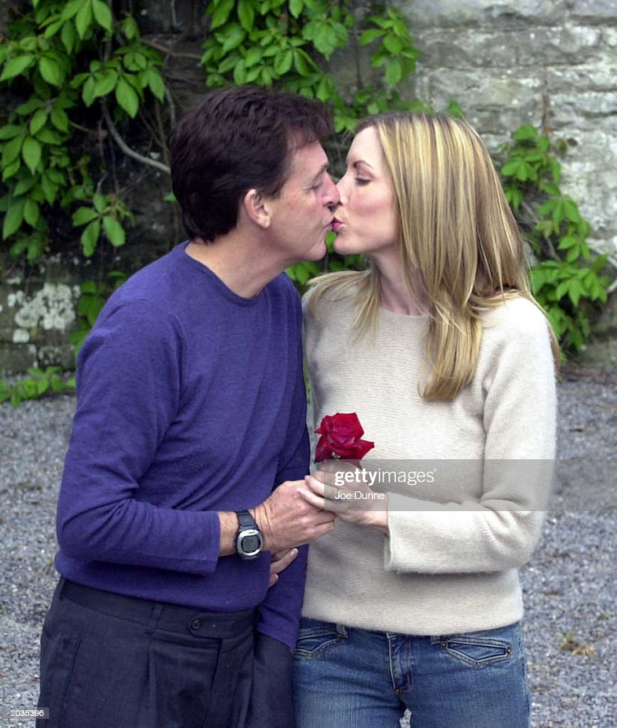 PHOTO Singer Sir Paul McCartney And His Fiance Model Heather Mills Kiss At Castle Leslie
