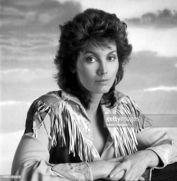Singer songwriter Emmylou Harris poses for a portrait circa 1985 in Los Angeles, California