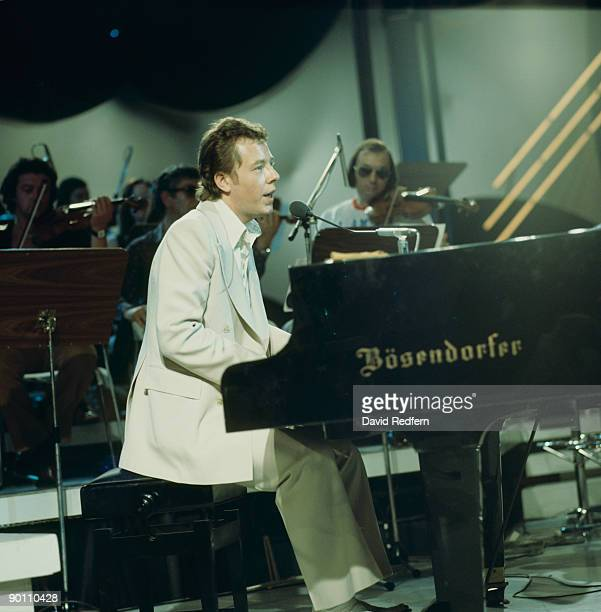Singer songwriter Peter Skellern performs on stage in the mid 1970's.