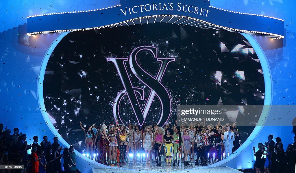 Singer Taylor Swift (C) and models celebrate at the end of the 2013 Victoria's Secret Fashion Show at the Lexington Avenue Armory on November 13, 2013 in New York. AFP PHOTO/Emmanuel Dunand
