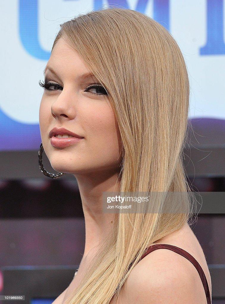 2010 CMT Music Awards - Arrivals : News Photo