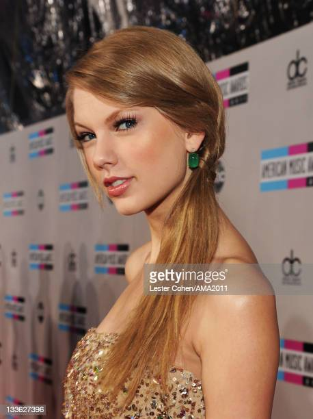 Singer Taylor Swift arrives at the 2011 American Music Awards held at Nokia Theatre L.A. LIVE on November 20, 2011 in Los Angeles, California.