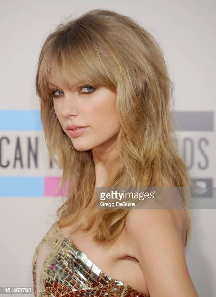 Singer Taylor Swift arrives at the 2013 American Music Awards at Nokia Theatre LA Live on November 24 2013 in Los Angeles California