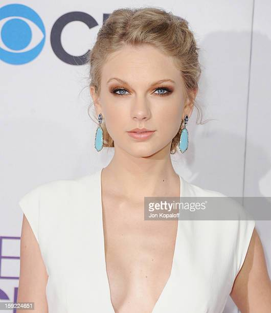 Singer Taylor Swift arrives at the 2013 People's Choice Awards at Nokia Theatre LA Live on January 9 2013 in Los Angeles California