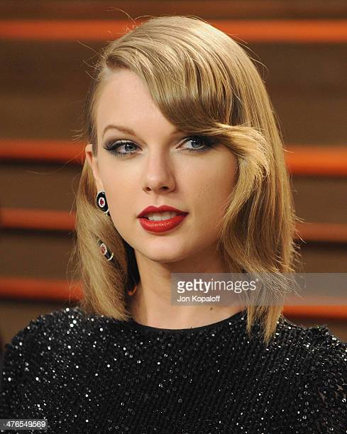 Singer Taylor Swift arrives at the 2014 Vanity Fair Oscar Party Hosted By Graydon Carter on March 3 2014 in West Hollywood California