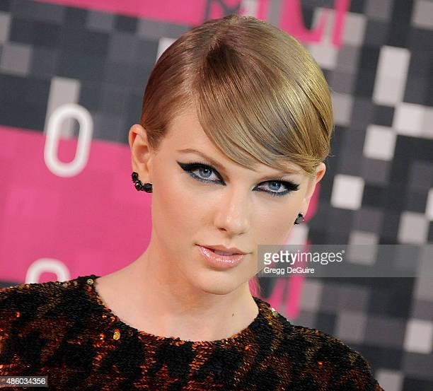 Singer Taylor Swift arrives at the 2015 MTV Video Music Awards at Microsoft Theater on August 30 2015 in Los Angeles California