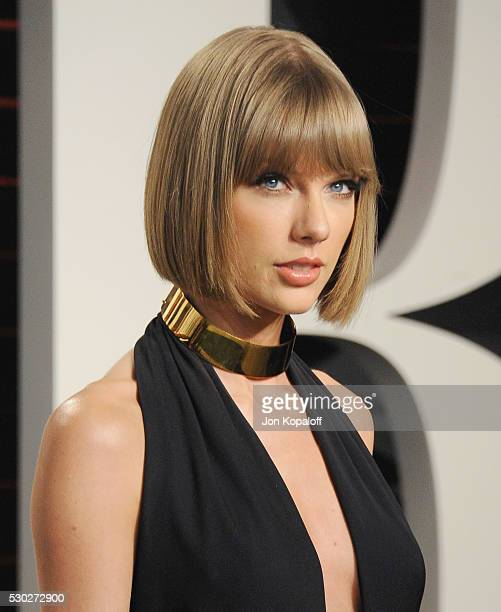 Singer Taylor Swift arrives at the 2016 Vanity Fair Oscar Party Hosted By Graydon Carter at Wallis Annenberg Center for the Performing Arts on...
