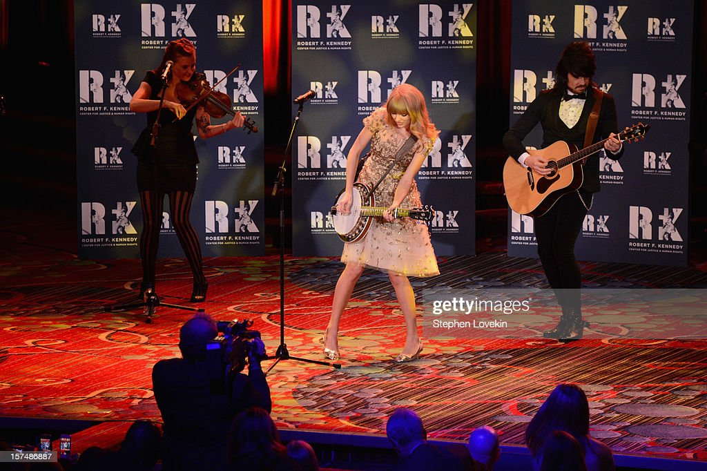 Singer Taylor Swift performs at the 2012 Ripple Of Hope Gala at The New York Marriott Marquis on December 3, 2012 in New York City.