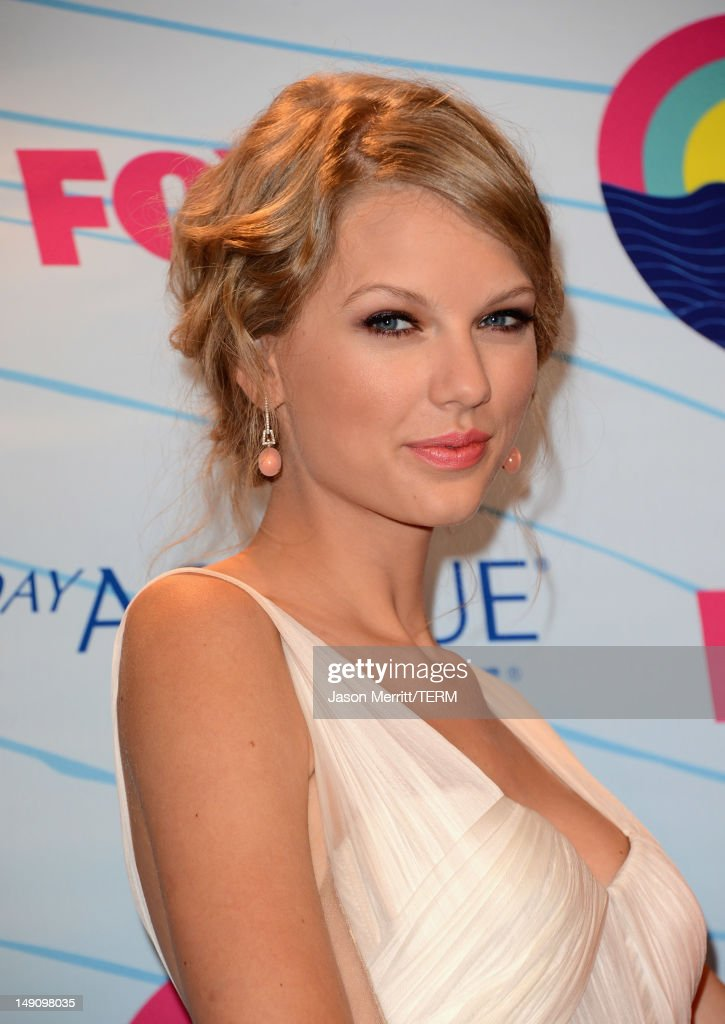 Singer Taylor Swift, winner of Choice Female Artist award, poses in the press room during the 2012 Teen Choice Awards at Gibson Amphitheatre on July 22, 2012 in Universal City, California.