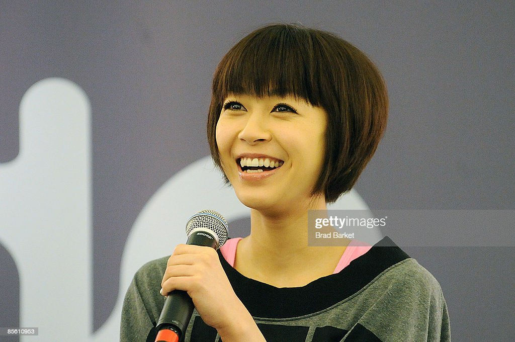 Japanese Pop Star Utada Visits Sephora : ニュース写真
