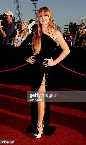 Singer Vanessa Amorosi arrives on the red carpet at the 2009 ARIA Awards at Acer Arena, Sydney Olympic Park on November 26, 2009 in Sydney,...