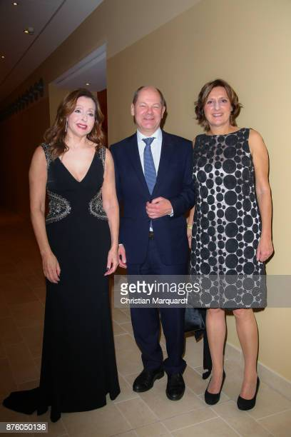 Singer Vicky Leandros Mayor of Hamburg Olaf Scholz and his partner Britta Ernst Minister for Education and Training in SchleswigHolstein attend the...