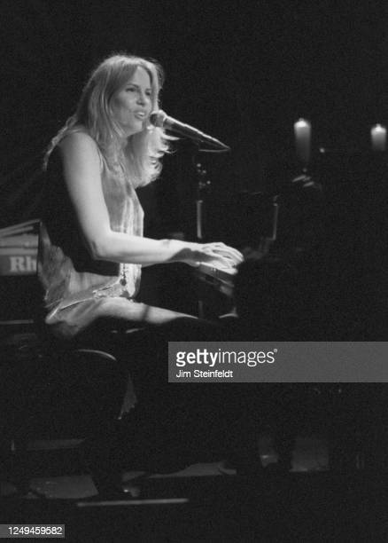 Singer Vonda Shepard performs at the Troubadour in Los Angeles, California on October 5, 1997.
