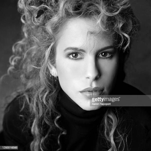 Singer Vonda Shepard poses for a portrait in October 1989 in Los Angeles, California.