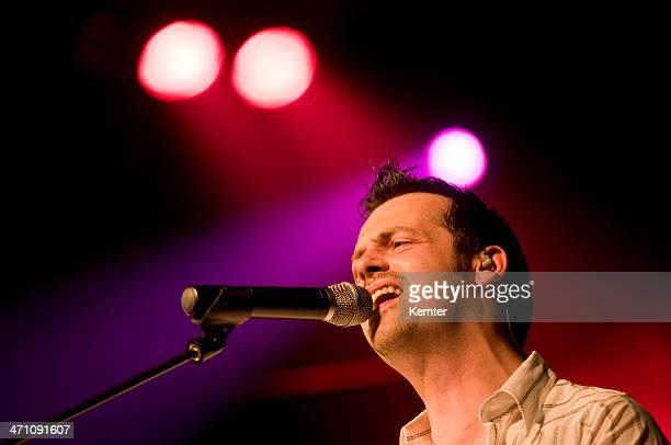 Sänger mit Mikrofon auf der Bühne (XL