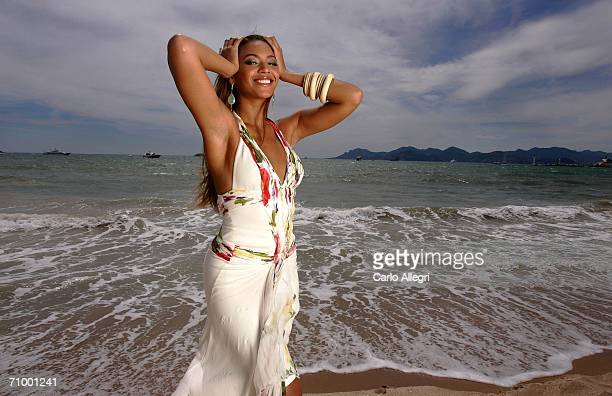 Singer/actress Beyonce Knowles poses for a photo during a portrait session for the cast of Dreamgirls at the Carlton Hotel's Orange Lounge during the...