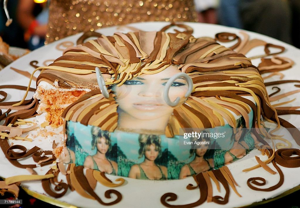 Tremendous Singer Actress Beyonce Knowles Receives A Birthday Cake In Her Personalised Birthday Cards Veneteletsinfo